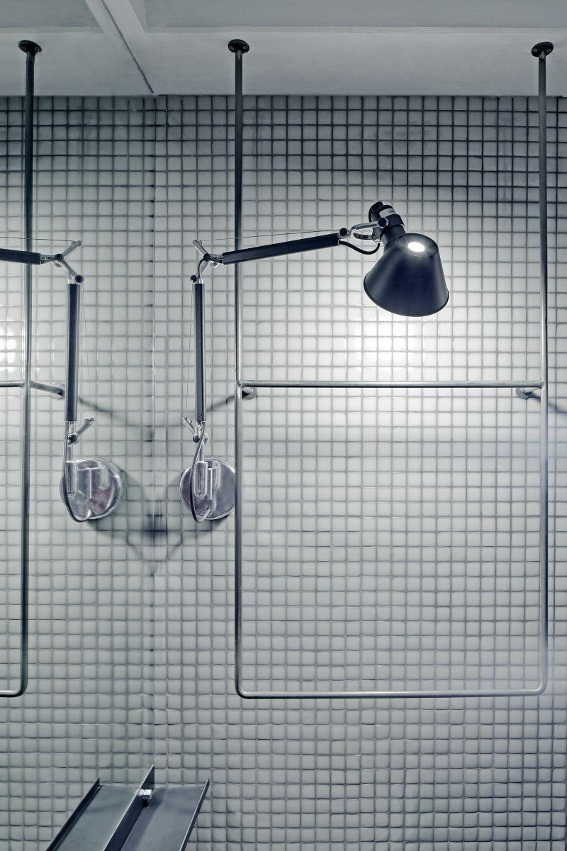 Formafatal: bílá koupelna s mozaikou